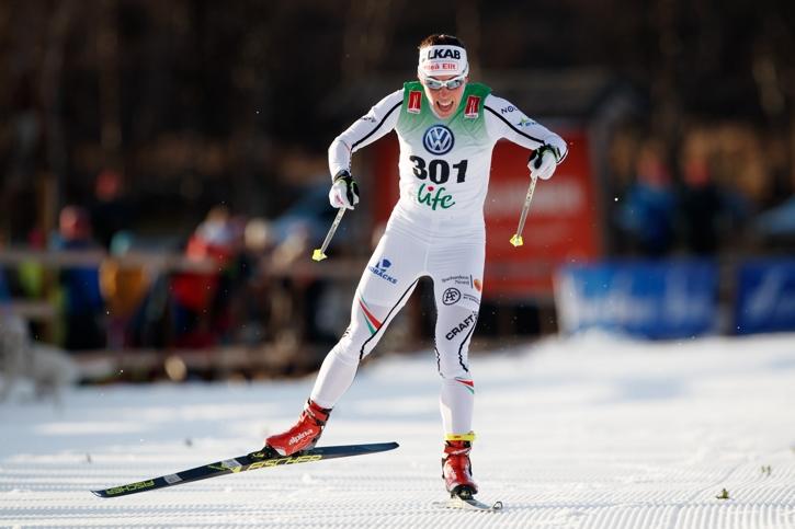 Charlotte Kalla spurtar mot mål men fick ge sig med 2,6 sekunder mot Ebba Andersson. FOTO: Johan Axelsson/Bildbyrån.