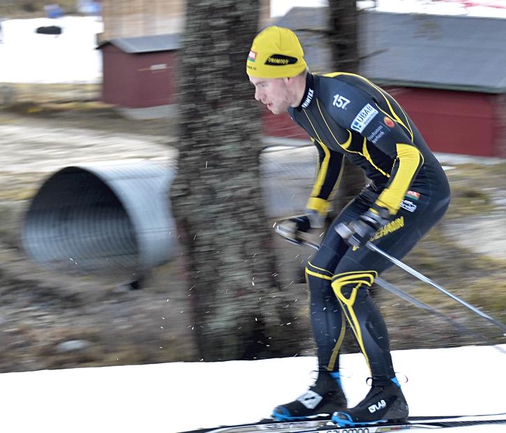 Viktor Thorn tävlade inte på fredagen men var ute och klämde i spåret innan tävlingen drog igång. FOTO: Johan Trygg/Längd.se.