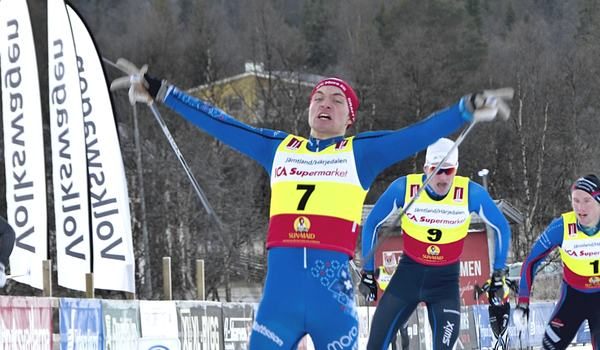 Johan Herbert jublar över segern på juniorsprinten i Bruksvallarna. FOTO: Johan Trygg/Längd.se.