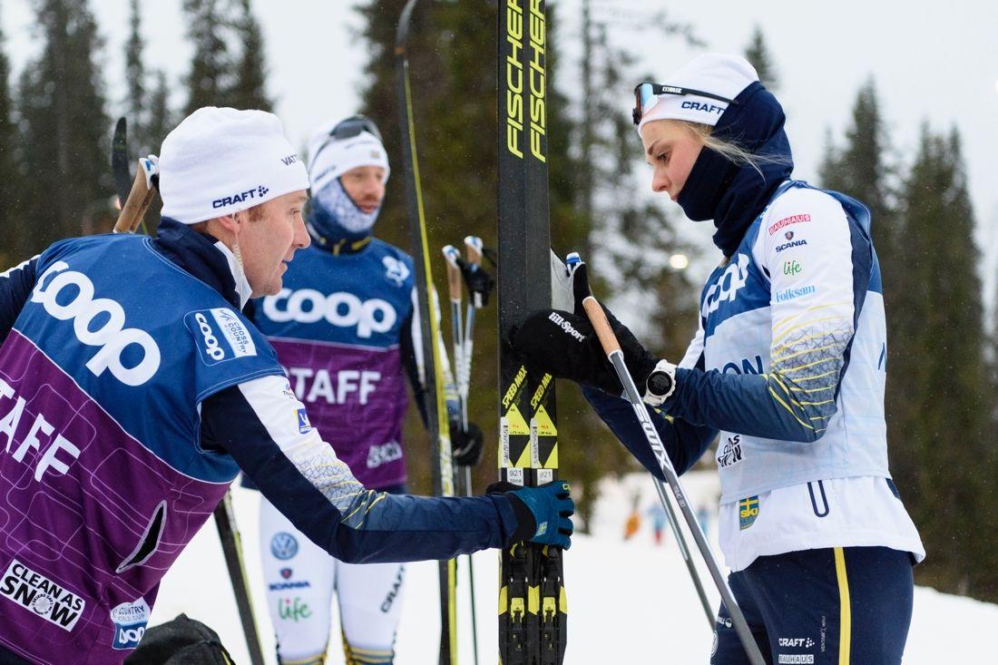 Stina Nilsson tillsammans med sin vallare Rikard Andreasson under förberedelserna inför världscuppremiären i morgon. FOTO: Carl Sandin/Bildbyrån.