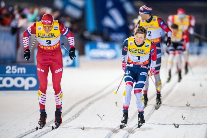 Här passerar Bolsjunov en snopen Kläbo strax före mållinjen. FOTO: Carl Sandin/Bildbyrån.