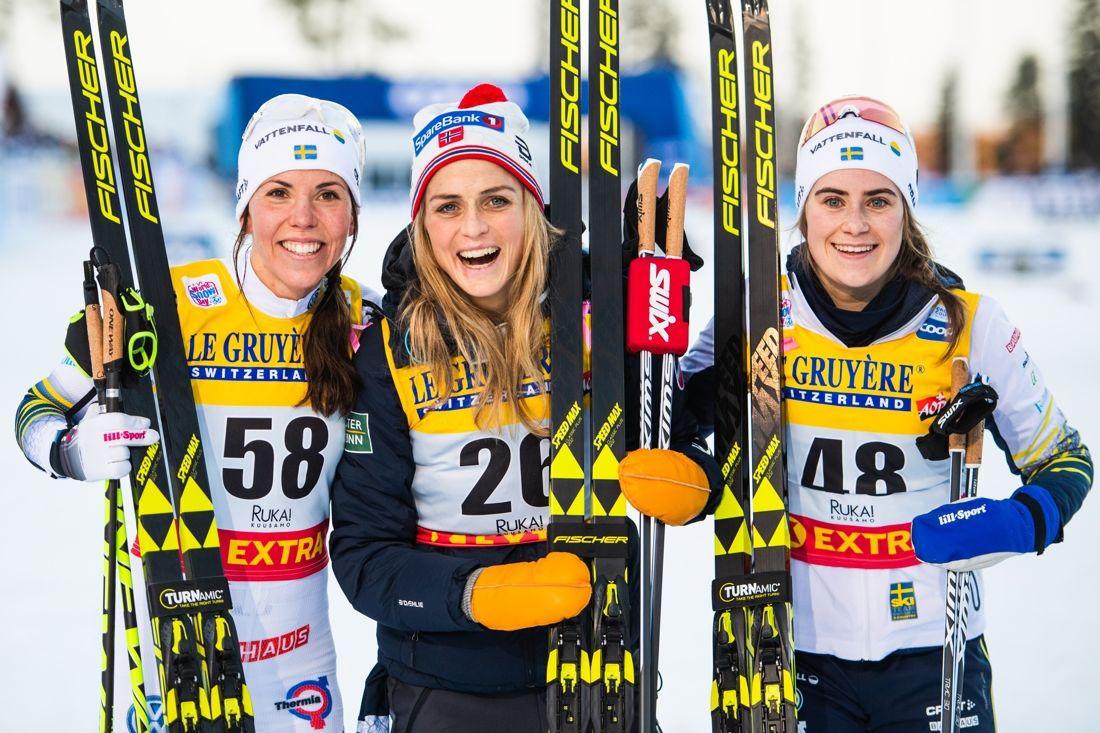 Glädje i topptrion Charlotte Kalla, Therese Johaug och Ebba Andersson efter milloppet i Ruka, Finland. FOTO: Carl Sandin/Bildbyrån.