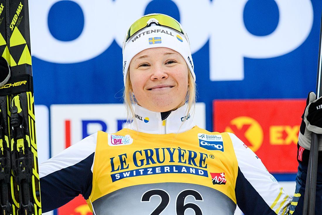 Jonna Sundling med ett stort leende på toppen av prispallen. FOTO: Jon Olav Nesvold/Bildbyrån.