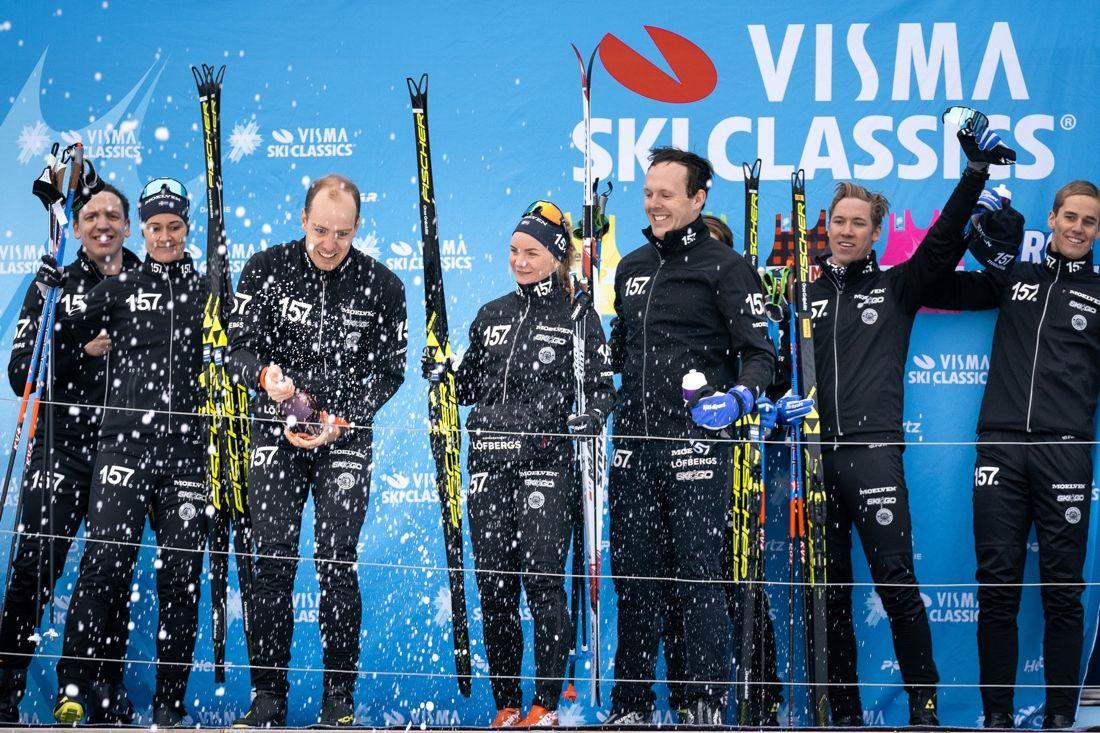 Jubel i Lager 157 Ski Team. Fr.v. sportchefen Anton Järnberg, Britta Johansson Norgren, Anton Karlsson, Elin Mohlin, Markus Ottosson, Marcu Johansson (skymd), Emil Persson och Andreas Holmberg. FOTO: Magnus Östh.