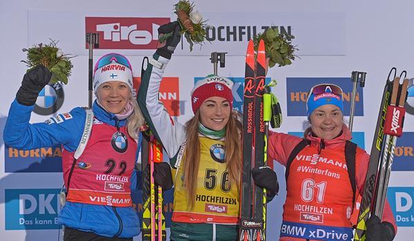 Kaisa Mäkäräinen, Dorothea Wierer och Ekaterina Yurlova-Percht på pallen efter sprinten i Hochfilzen. FOTO: GEPA pictures/Hans Osterauer.