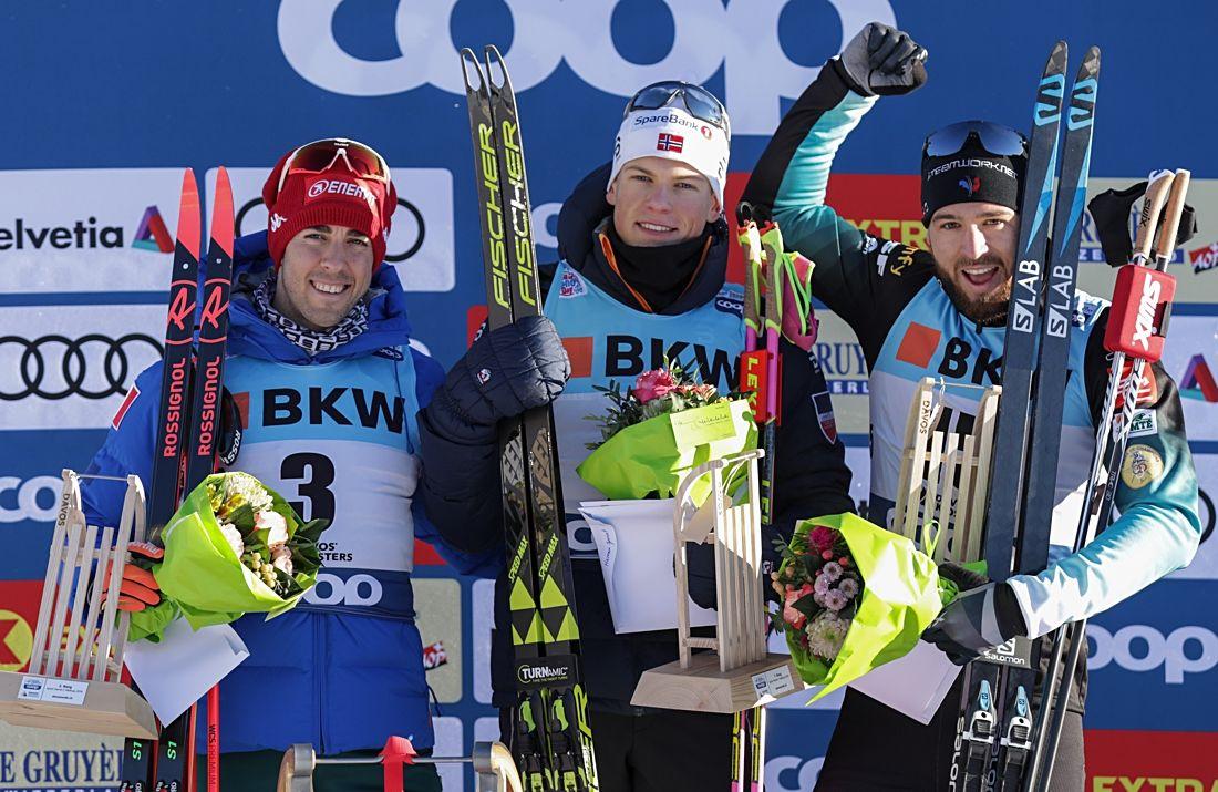 Federico Pellegrino, Johannes Hösflot Kläbo och Baptiste Gros på pallen i Davos. FOTO: Harald Steiner/GEPA pictures.
