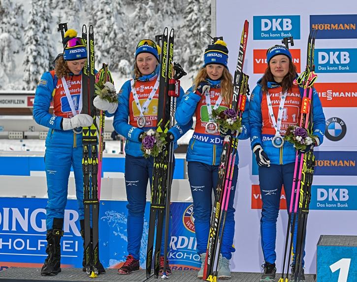 Hanna Öberg, Emma Nilsson, Mona Brorsson och Linn Persson efter andraplatsen vid stafetten i Hockfilzen. FOTO: GEPA pictures/ Hans Osterauer.