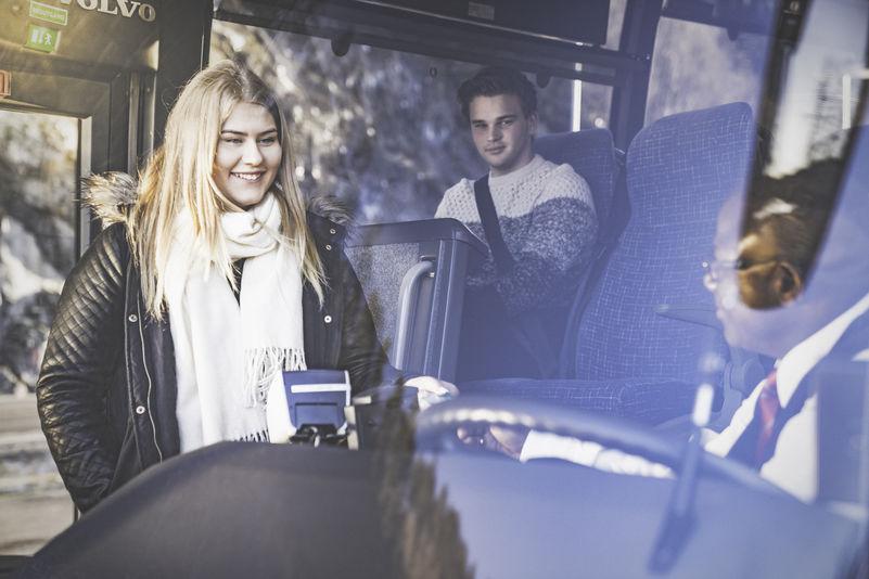 Jente som betalar på bussen
