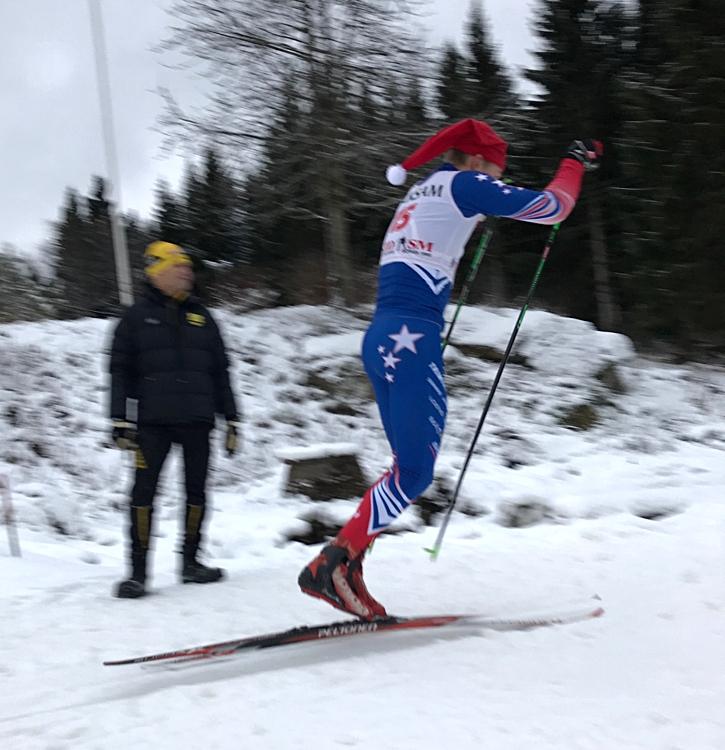 Vinnaren i H 15-16, Harald Ekenberg, IK Stern, hugger på i stakningen med passande huvudbonad under JulKaramellen i Borås. FOTO: Alfons Peterson.