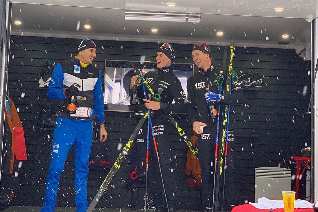 Glada miner på pallen. Fr.v. trean Tore Björseth Berdal, ettan Andreas Holmberg och tvåan Emil Persson. FOTO: Åre Swix Open.