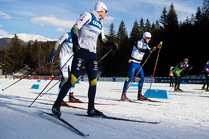 Karl Johan Westberg, Teodor Peterson (skymd) och Calle Halfvarsson gör sig redo för lördagens sprint i Toblach som inleder Tour de Ski. FOTO: Fredrik Varfjell/Bildbyrån.