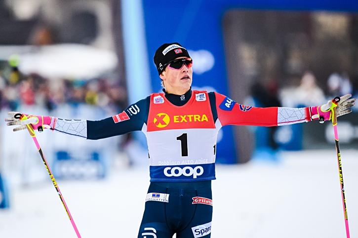 Välkänd segergest från Johannes Hösflot Kläbo. FOTO: Fredrik Varfjell/Bildbyrån.