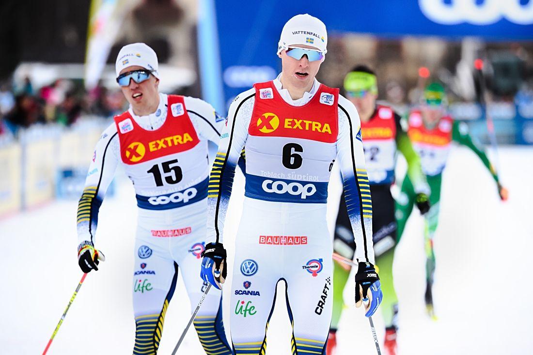 Oskar Svensson blev bäste svensk som nia på herrarnas sprint i Tour de Ski-starten i Toblach. Här tog Oskar hem sin kvartfinal där Calle Halfvarsson blev trea och missade semin. FOTO: Fredrik Varfjell/Bildbyrån.
