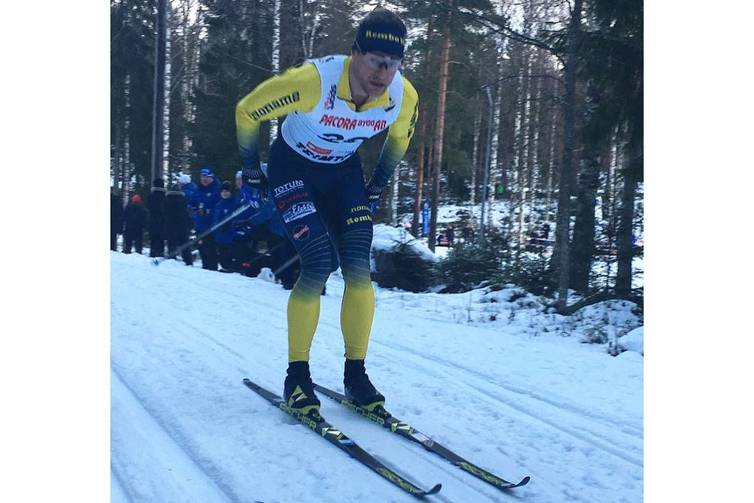 Jimmie Johnsson stakar mot seger i Matsboloppet i Hedemora i Rembo IK:s färger. FOTO: Emma Eriksson.