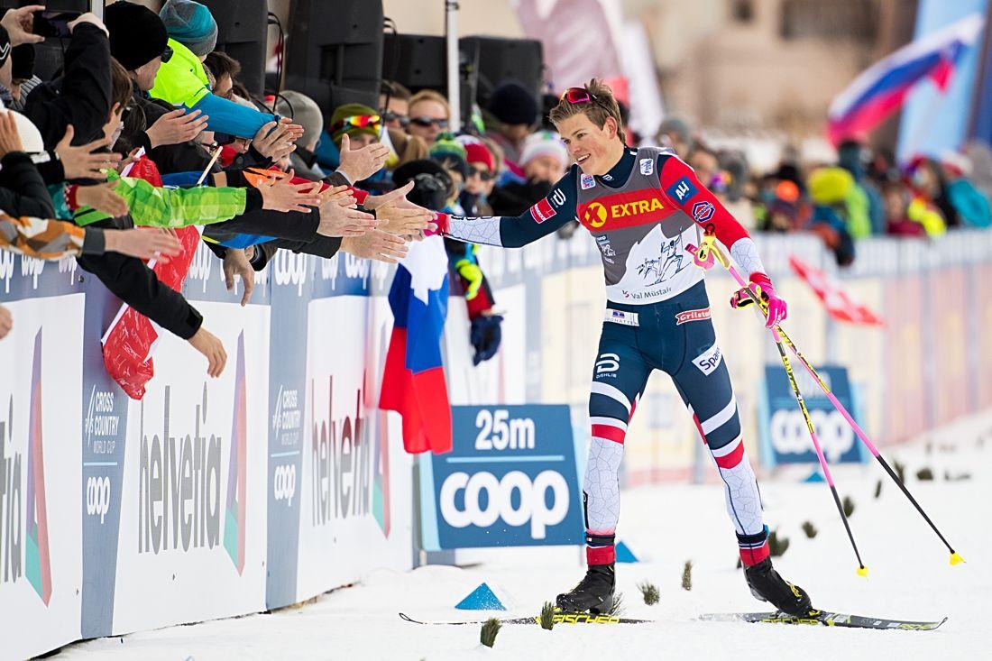 Johannes Hösflot Kläbo lekte hem finalen och tackar publiken i Val Müstair. FOTO: Fredrik Varfjell/Bildbyrån.