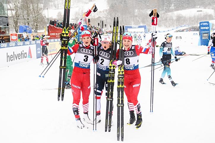 Ingvild Flugstad Östberg vann före Natalia Nepryaeva till vänster och Anastasia Sedova. FOTO: Fredrik Varfjell/Bildbyrån.