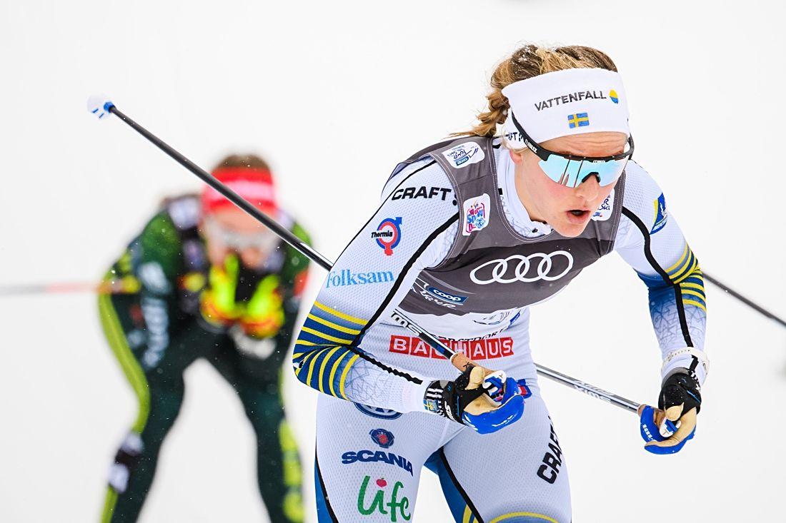 Stina Nilsson kämpade trots skidor med rejäl underfrysning och spurtade in som tia på masstartsloppet i Oberstdorf. FOTO: Fredrik Varfjell/Bildbyrån.