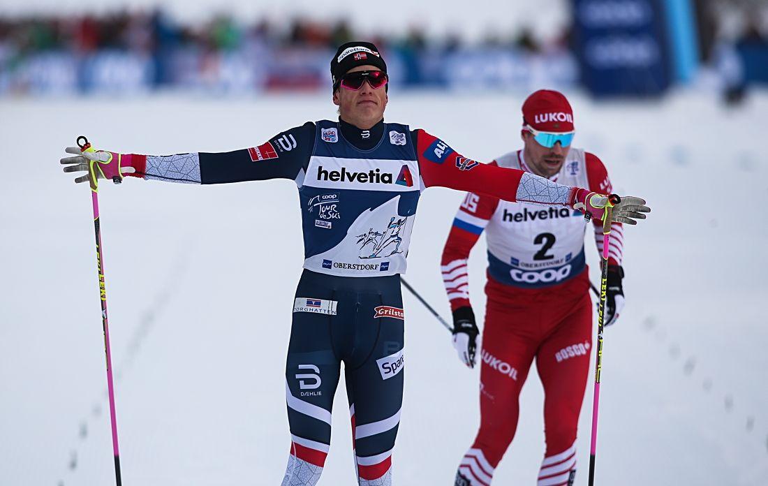 Johannes Hösflot Kläbo spurtade in fyra tiondelar före Sergey Ustiugov på jaktstarten i Oberstdorf. FOTO: GEPA pictures/Phillip Brem.