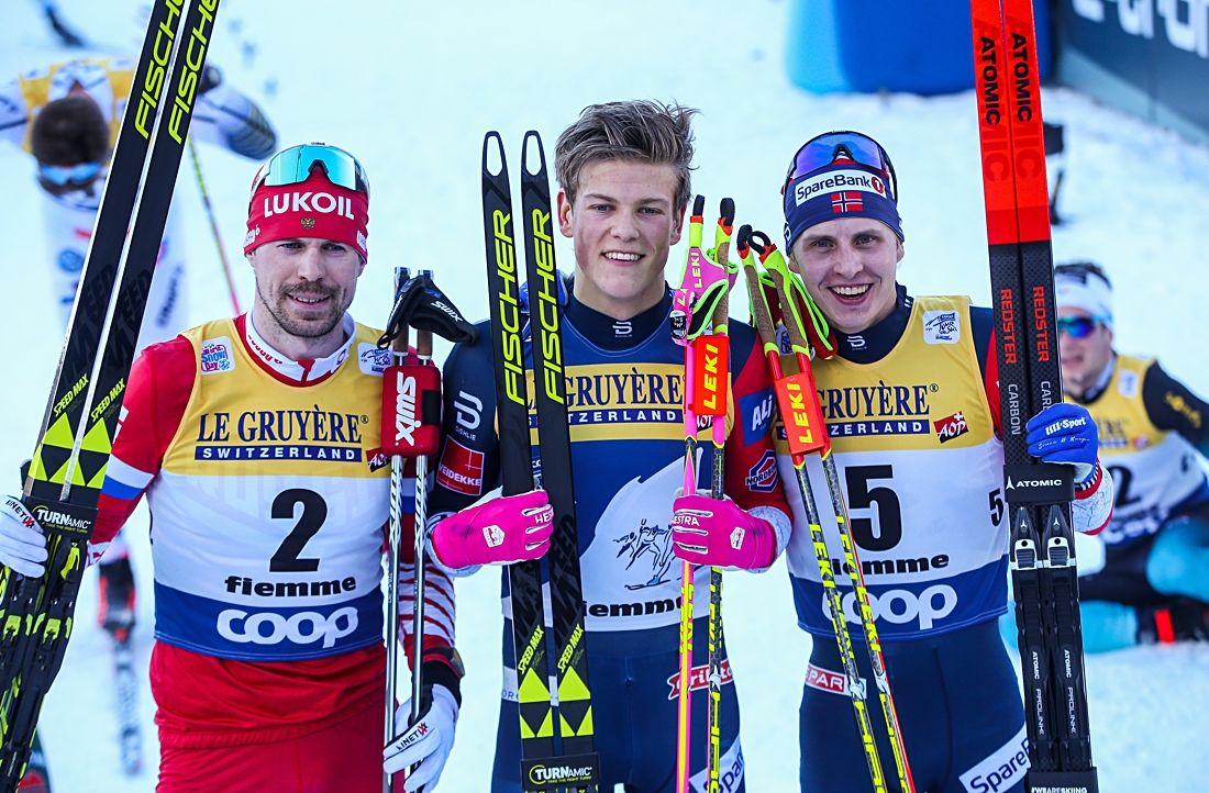 Tour de Ski-pallen: Sergey Ustiugov, Johannes Hösflot Kläbo och Simen Hegstad Krüger. FOTO: GEPA pictures/Philipp Brem.