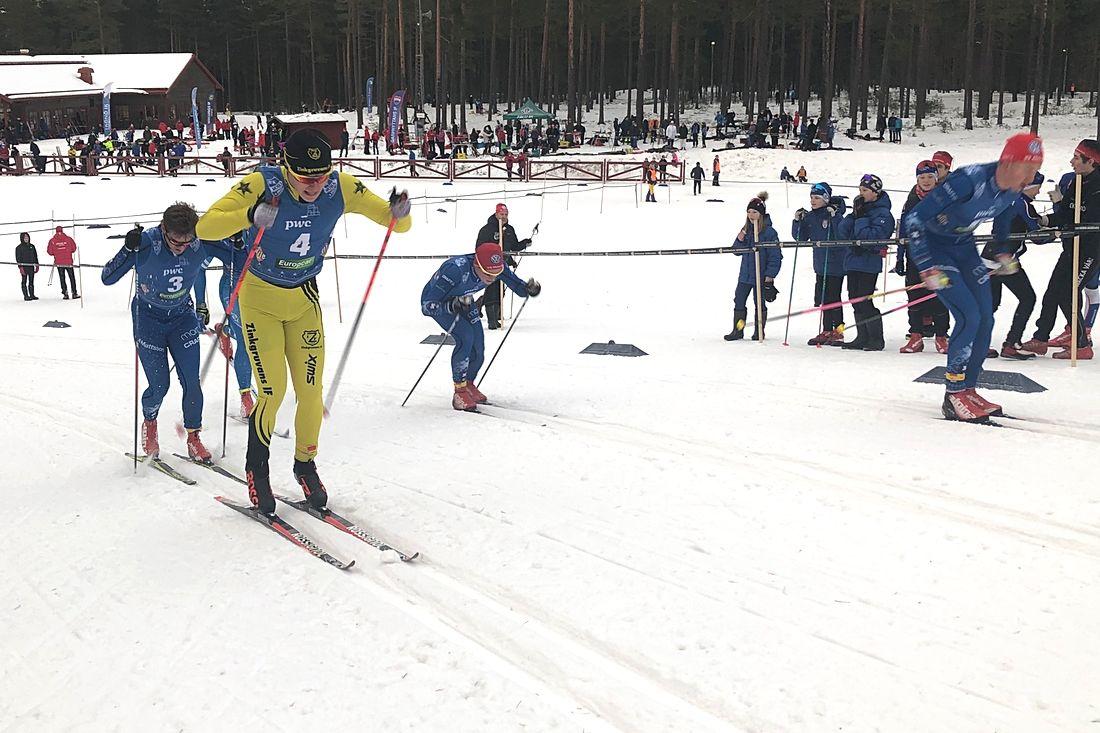 Det var tät fight i H 21 på Morapinglan. I gult trean i mål Markus Johansson med slutsegraren Victor Gustafsson i bakhasorna. Till höger tvåan Gabriel Strid och längst till höger femma Alexander Karlsson. Fyran Adam Persson är skymd. FOTO: Tomas B