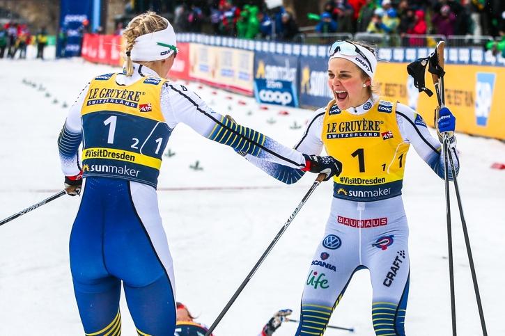 Du gjorde det! Stina Nilsson skriker ut sin glädje när Maja Dahlqvist avgjort teamsprinten. FOTO: GEPA pictures/Philipp Brem.