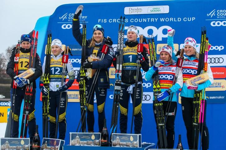 Teamsprintpallen i Dresden: Ida Ingemarsdotter, Jonna Sundling , Stina Nilsson, Maja Dahlqvist, Maiken Caspersen Falla och Mari Eide. FOTO: GEPA pictures/Philipp Brem.