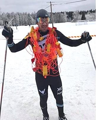 Roslagsloppet har gjort sig känt genom sin speciella segerkrans. Här på Stefan Johansson, XC Sthlm, segrare 2018. FOTO: Roslagsloppet.