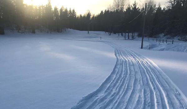 Lokalt snöfall över Norrtäljekusten i natt har nu bäddat för Roslagsloppets genomförande på lördag. FOTO: Roslagsloppet.