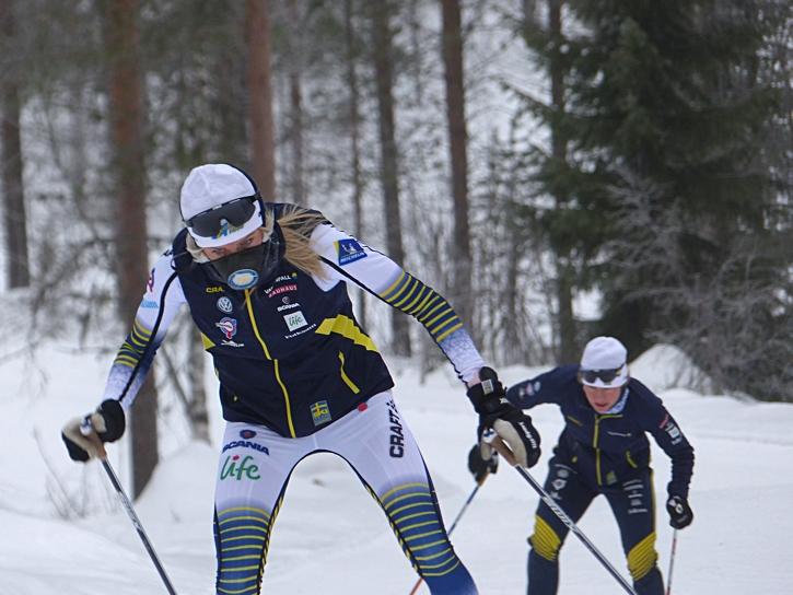Sollefteå skidors Frida Karlsson med seger i blicken och med tränaren Martina Höök i rygg kollandes tekniken. FOTO: Johan Trygg/Längd.se.