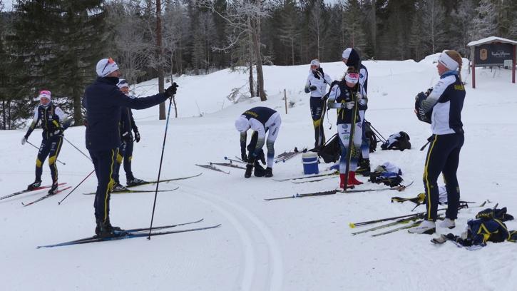 Tränarna Johan Granath och Martina Höök har genomgång innan onsdagens intervallpass. FOTO: Johan Trygg/Längd.se.