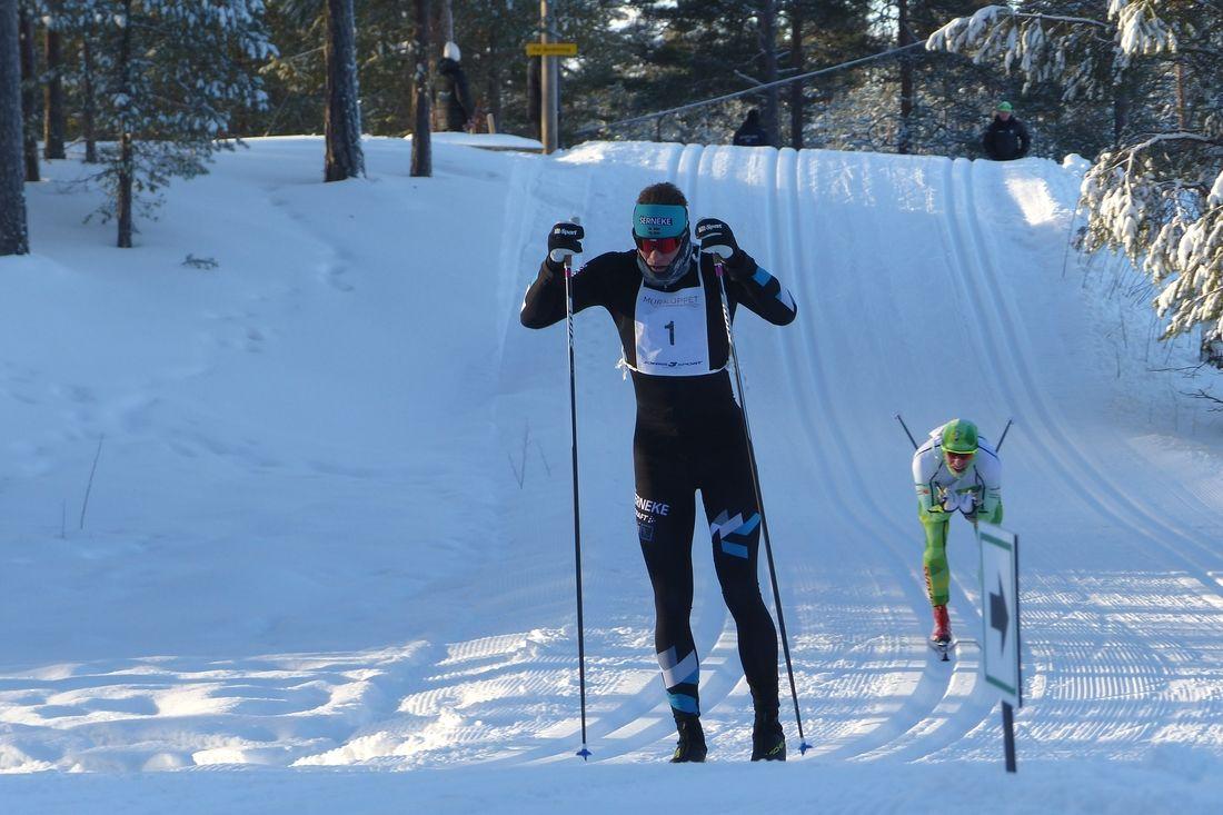 Jimmie Johnsson strax före Robert Eriksson strax innan målgång. FOTO: Johan Trygg/Längd.se.