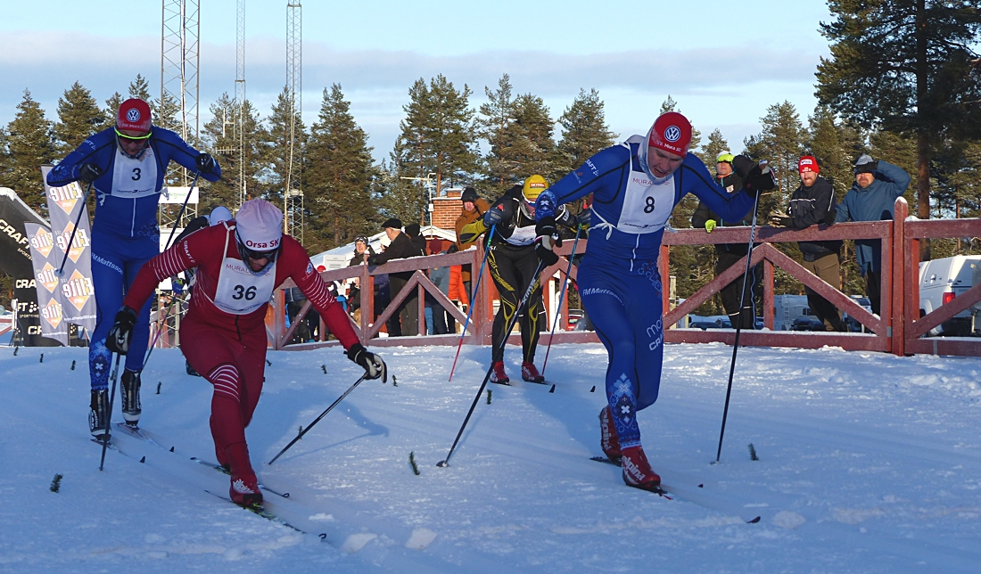 Gabriel Höjlind precis före Daniel Södersten i kamp om fjärdeplatsen. Där bakom sexa Krång Mikael Sandgren och åttan Andreas Svensson. FOTO: Johan Trygg/Längd.se.