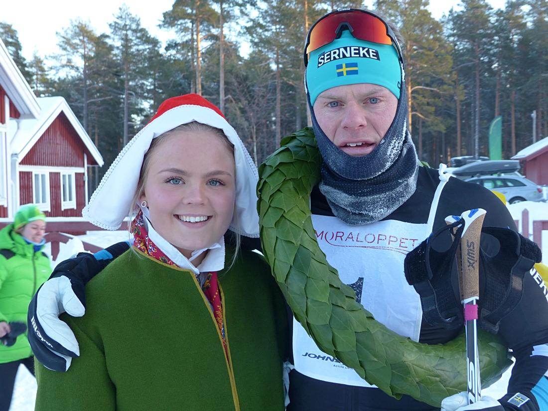 Jimmie Johnsson med kranskullan Sofia Berglund. FOTO: Johan Trygg/Längd.se.