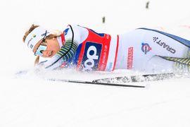 Stina Nilsson går i backen precis efter målgången på semifinalen vid sprinten i Otepää. Här ådrog sig hon en sträckning som gör att hon troligtvis missar VM. FOTO: Jon Olav Nesvold/Bildbyrån.