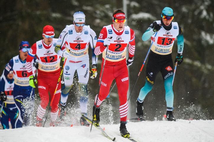 Calle Halfvarsson i rygg på ryssen Larkov på förstasträckan. FOTO: Mathias Bergeld/Bildbyrån.