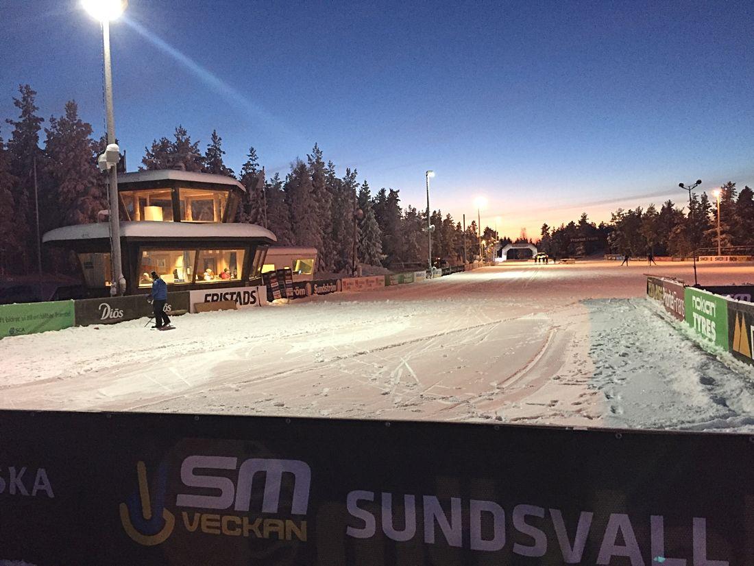 Skidstadion Ängen på Södra Berget i Sundsvall kvällen innan SM-tävlingarna drar igång. FOTO: Johan Trygg/Längd.se.
