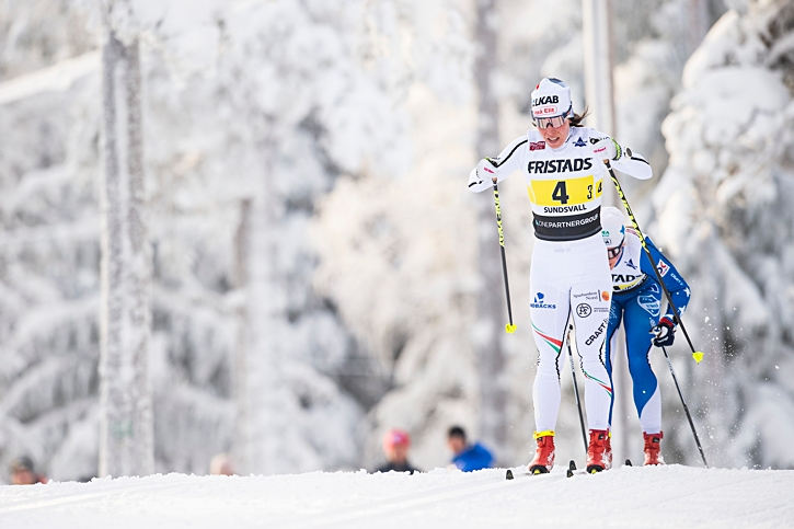 Charlotte Kalla drar före Jonna Sundling. FOTO: Simon Hastegård/Bildbyrån.