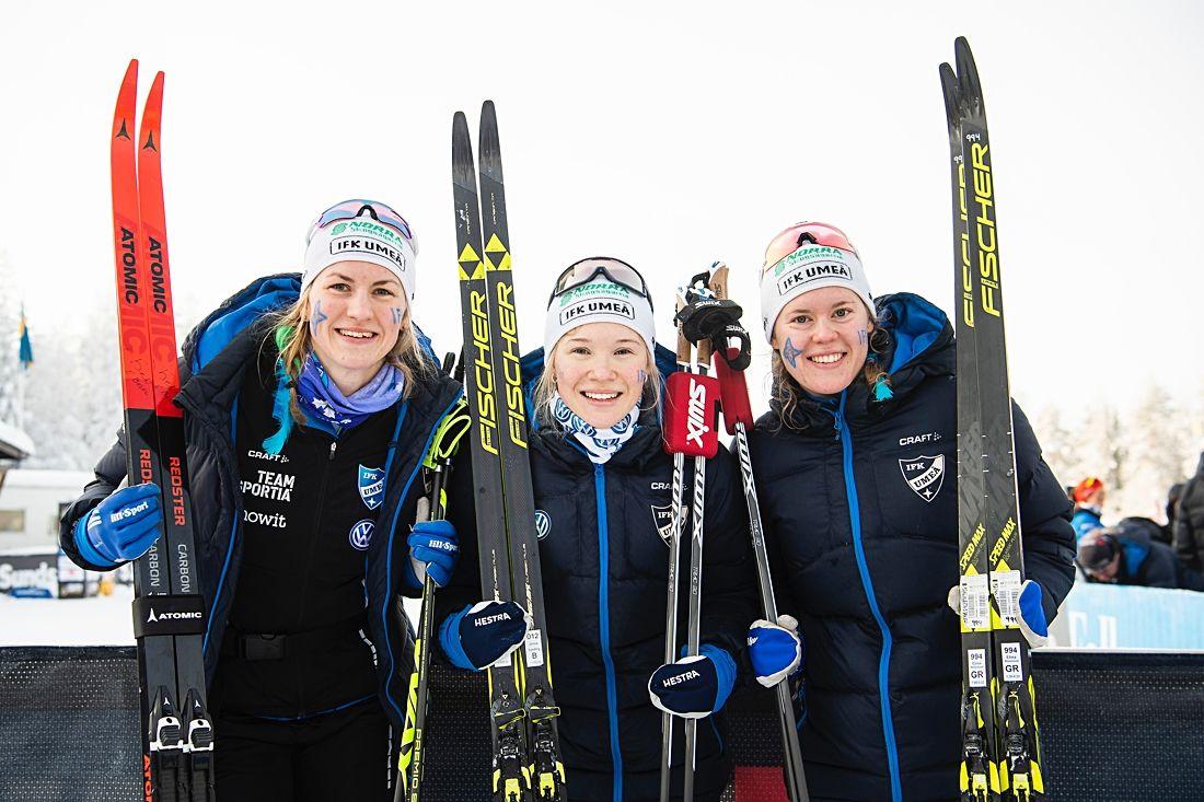 Elina Rönnlund, Linn Sömskar och Jonna Sundling, IFK Umeå, efter trions andra raka SM-guld i stafett. FOTO: Simon Hastegård/Bildbyrån.