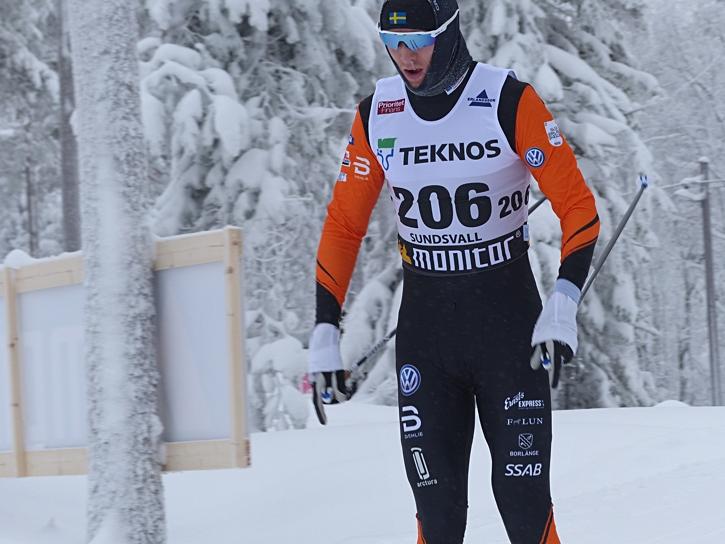 Daniel Rickardsson tror på Oskar Svensson som startman i det svenska stafettlaget på VM. Idag var Oskar näst snabbast på slutsträckan. Halvminuten efter Daniel. FOTO: Johan Trygg/Längd.se.