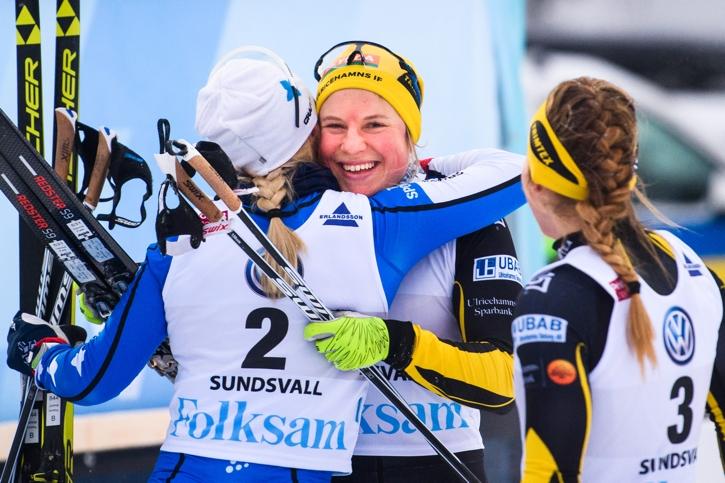 Falk får en kram av tvåan Sundling. FOTO: Simon Hastegård/Bildbyrån.