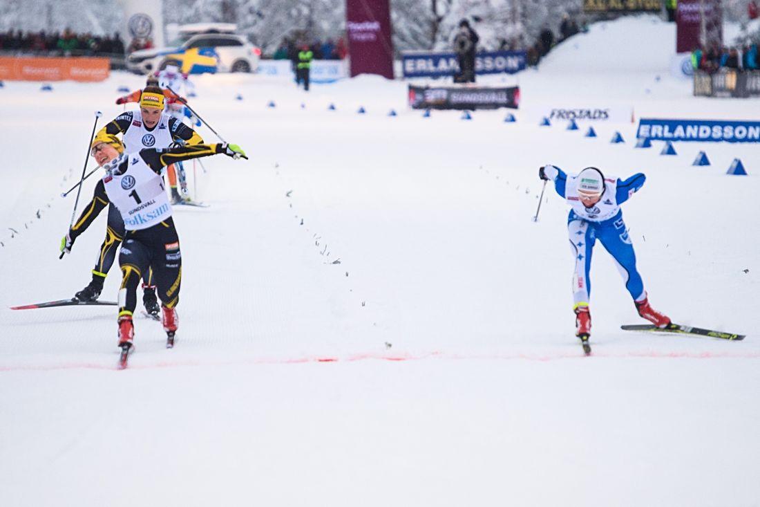 Hanna Falk spurtar hem SM-finalen i sprint en hundradel före Jonna Sundling. Klar trea där bakom är Johanna Hagström. FOTO: Simon Hastegård/Bildbyrån.