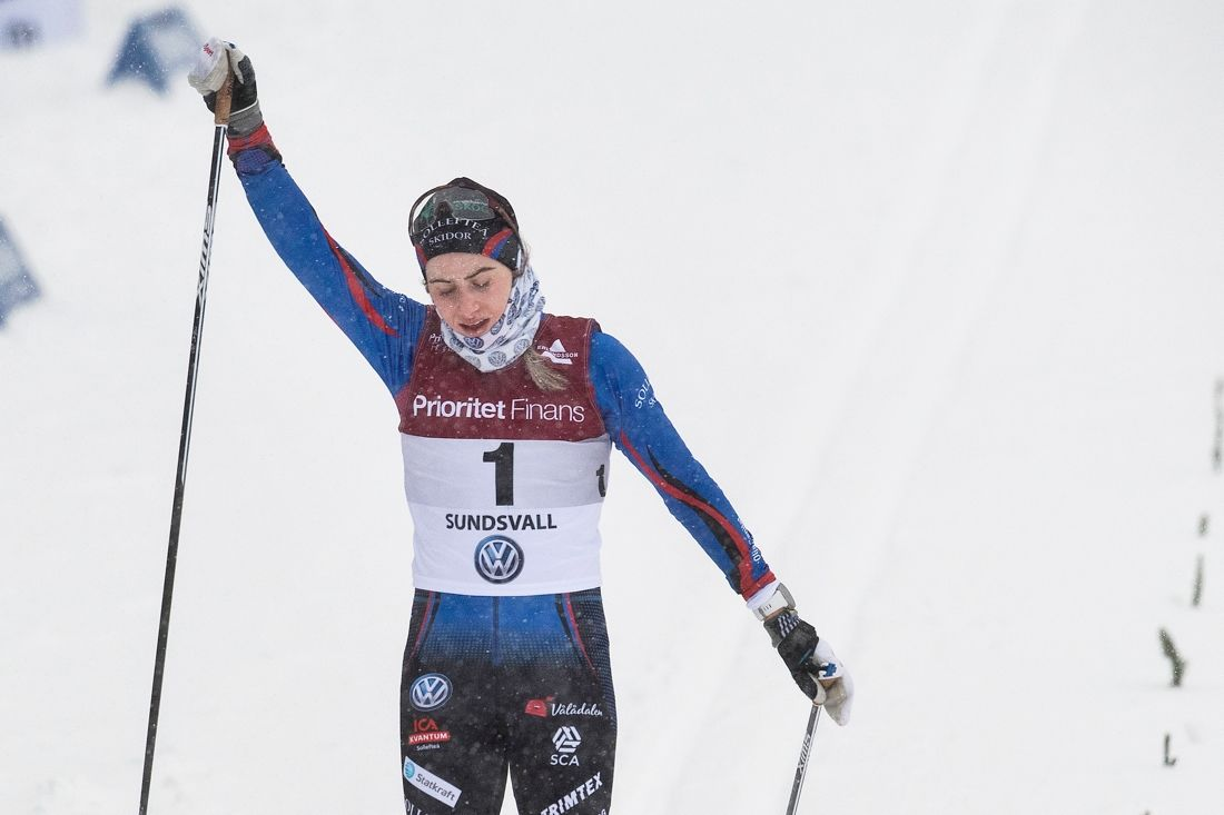 Ebba Andersson soloåkte till överlägset guld på 15 kilometer masstart i Sundsvall. FOTO: Simon Hastegård/Bildbyrån.