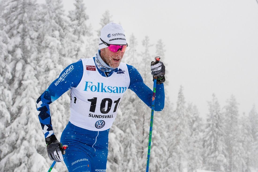 Daniel Rickardsson i stordiagonal på väg mot SM-guld på 30 kilometer masstart. FOTO: Simon Hastegård/Bildbyrån.