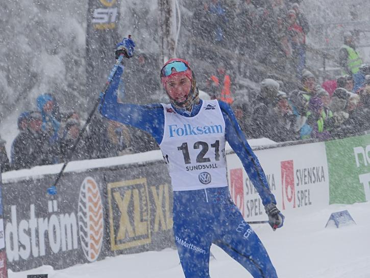 Jonas Eriksson jublar åt SM-silver. FOTO: Johan Trygg/Längd.se.