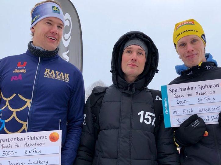 """Tvåan Joakim Lindberg och trean Erik Wickström flankerar överlägsne vinnaren Markus """"Maccan"""" Johansson efter Borås ski marathon i söndags. FOTO: erickwickstrom.se."""