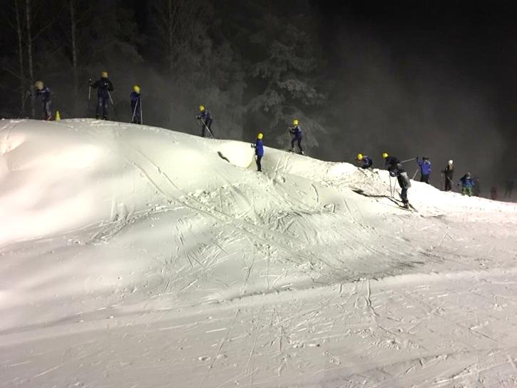 Så här såg det ut i december när det premiärtränades på konstsnö i Årsunda. FOTO: Årsunda IF.