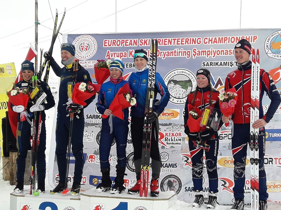 Tove Alexandersson och Erik Rost tog silver vid mixstafetten. Här syns de bredvid guldmedaljörerna Ryssland (Alena Trapeznikova och Sergei Gorlanov) samt bronsmedaljörerna Norge (Evine Westli Andersen och Jörgen Madslien).