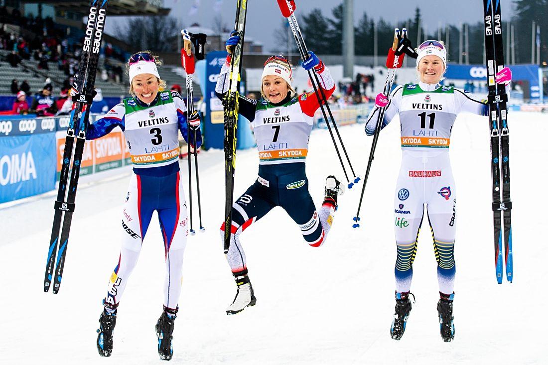 Glädjehopp av Sophie Caldwell, Maiken Caspersen Falla och Maja Dahlqvist efter sprintfinalen i Lahtis. FOTO: Johanna Lundberg/Bildbyrån.