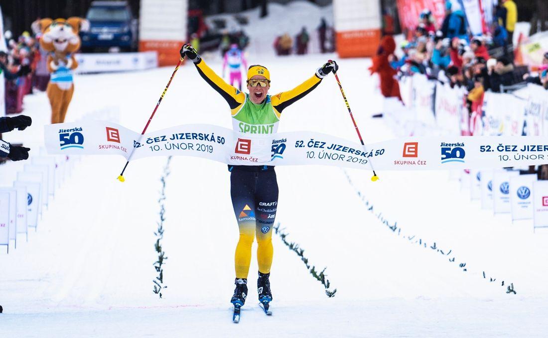 Lina Korsgren jublar över segern på mållinjen i Jizerska. FOTO: Tom-William Lindström.