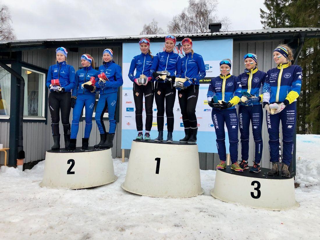 Pallen efter stafetten i D 15-16 vid USM i Falköping: Fr. v. Tvåorna Täby IS SK, segrande IFK Mora SK och treorna Vårby IK.